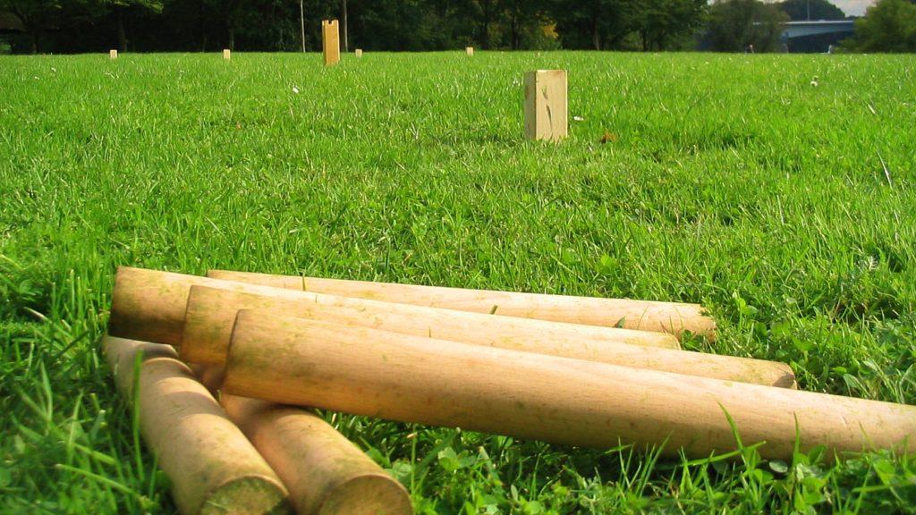 Kubb Wurfhölzer liegen auf der Wiese