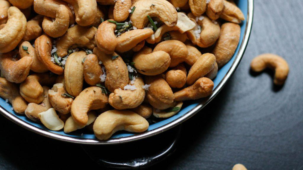 Schale mit Cashews