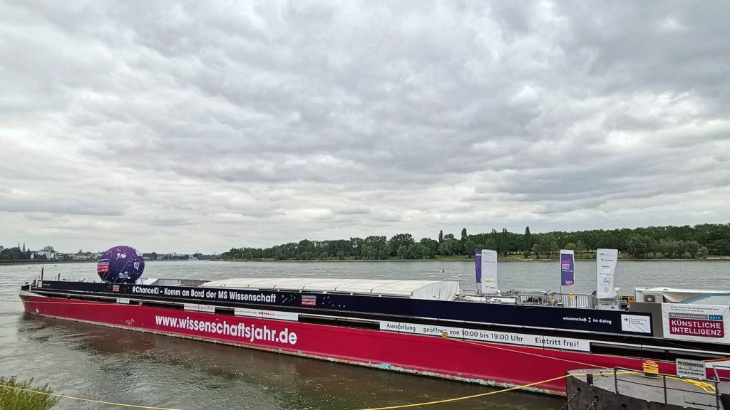 Die MS Wissenschaft am Bonner Rheinufer