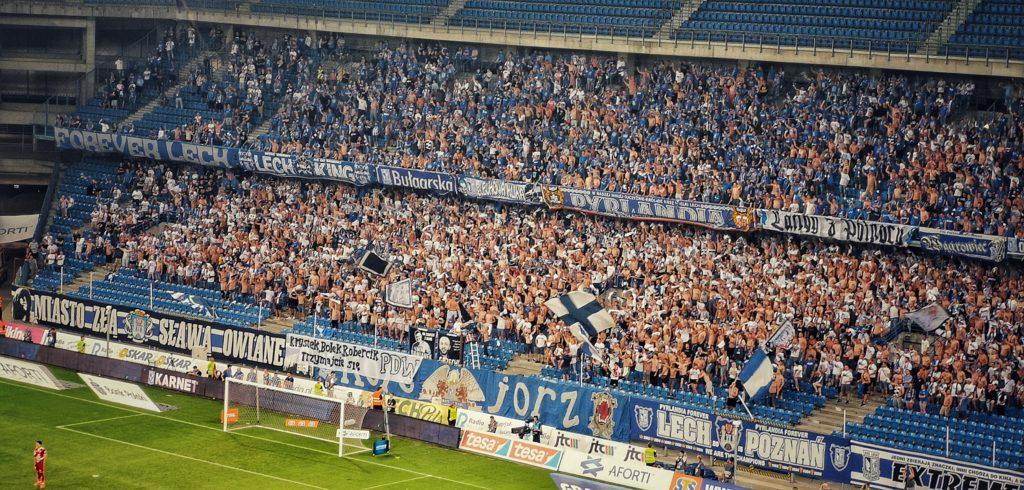 Lech Posen Fans mit Fahnen und Bannern