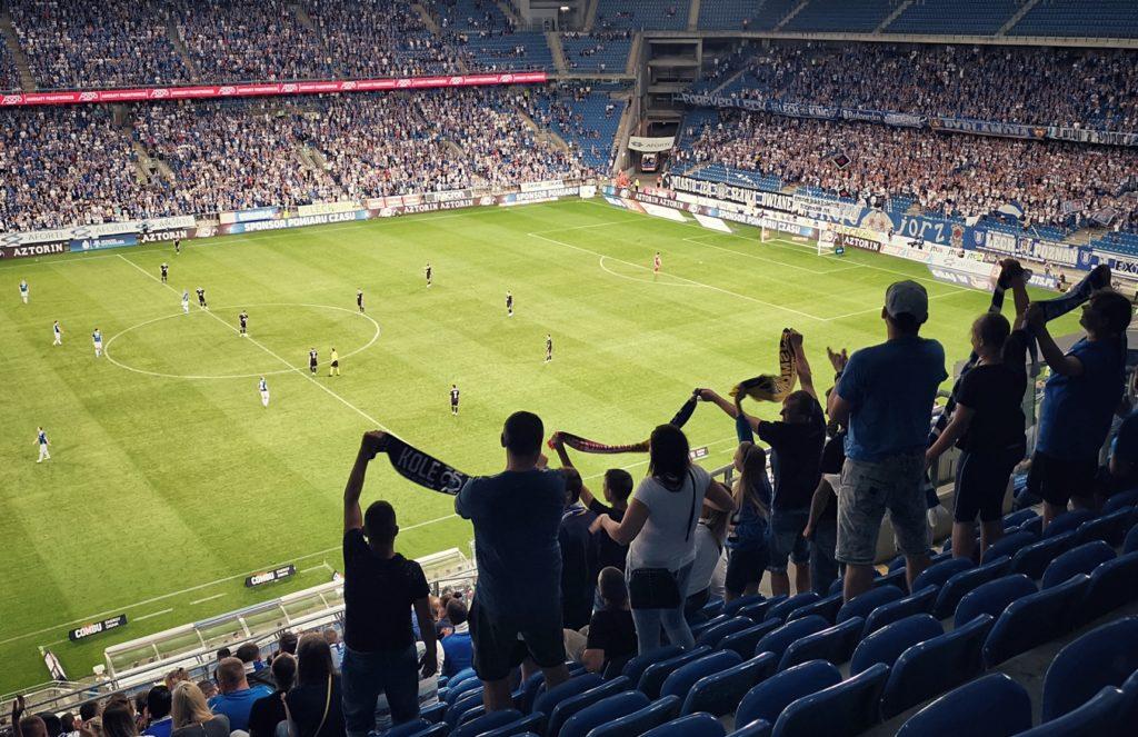 Stehende Fans im Stadion von Lech Posen