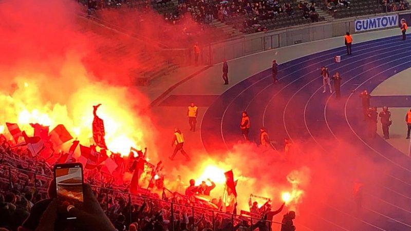 Bengalos im Berliner Olympia-Stadion