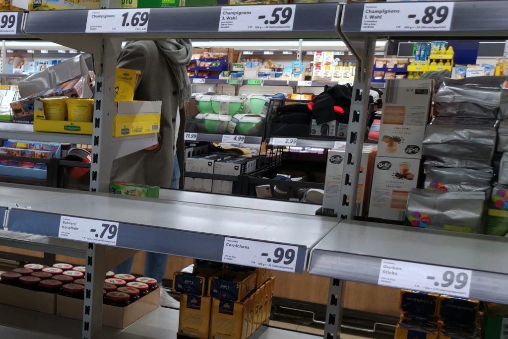 Leeres Supermarkt-Regal Hamsterkäufe Benanza.Pix